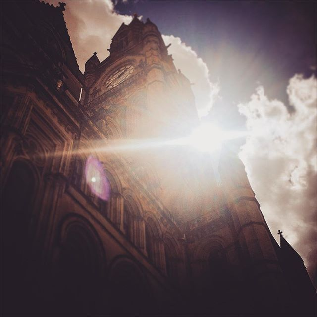 #manchester #uk #lookingup  #photooftheday #nature #mcruk #abstractmybuilding #mcr_collective #picoftheday #beautiful #shapes #cool #view #architecture #england #thisismcr#sunlight #sunshine #townhall #manchestertownhall
