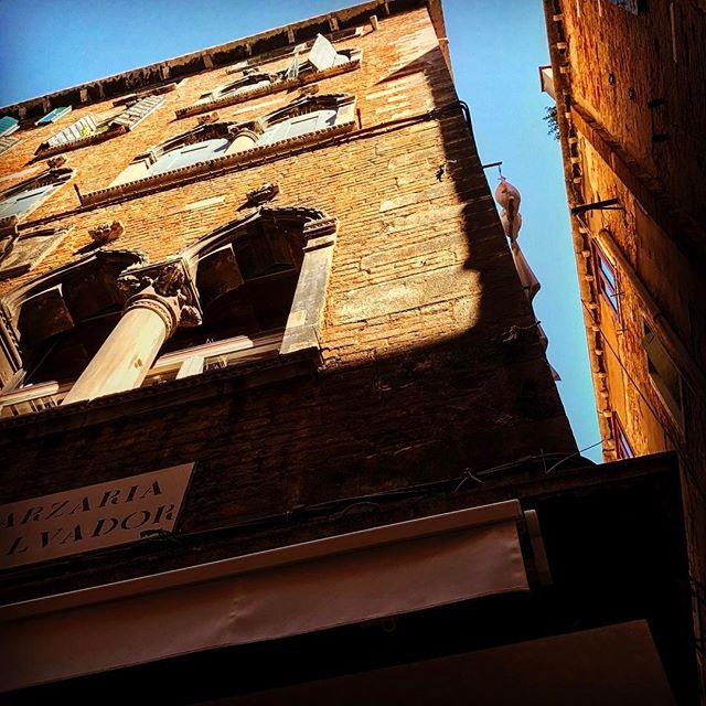 #venice #venezia #igersvenezia #ig_venice #veneziaunica #veneziadavivere #wu_europe #italy #ig_italy #italia #bestplacestogo #volgoitalia #italian_trips #italy_vacations #europe_gallery #europe_vacations #europe_tourist #europe #cityscape #loves_landscape #europa #traveladdict #loves_europe #postcardsfromtheworld #travelphotography #lookingup