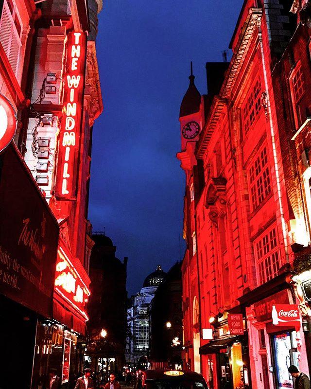 #london #england #londres #instalondon #londoner #iglondon #londra #uk #britain #ilovelondon #urbanart #instahub #ic_cities #urban #city #igshots #justgoshoot #popularpic #love #streetphotography #art #primeshots #street #architecture #red #redlight